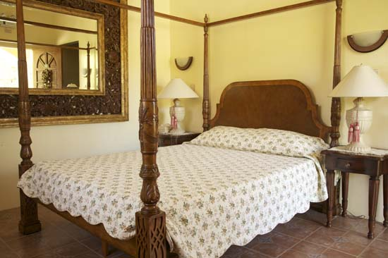 Four-poster bed in sea-view deluxe rooms (3 to 5)