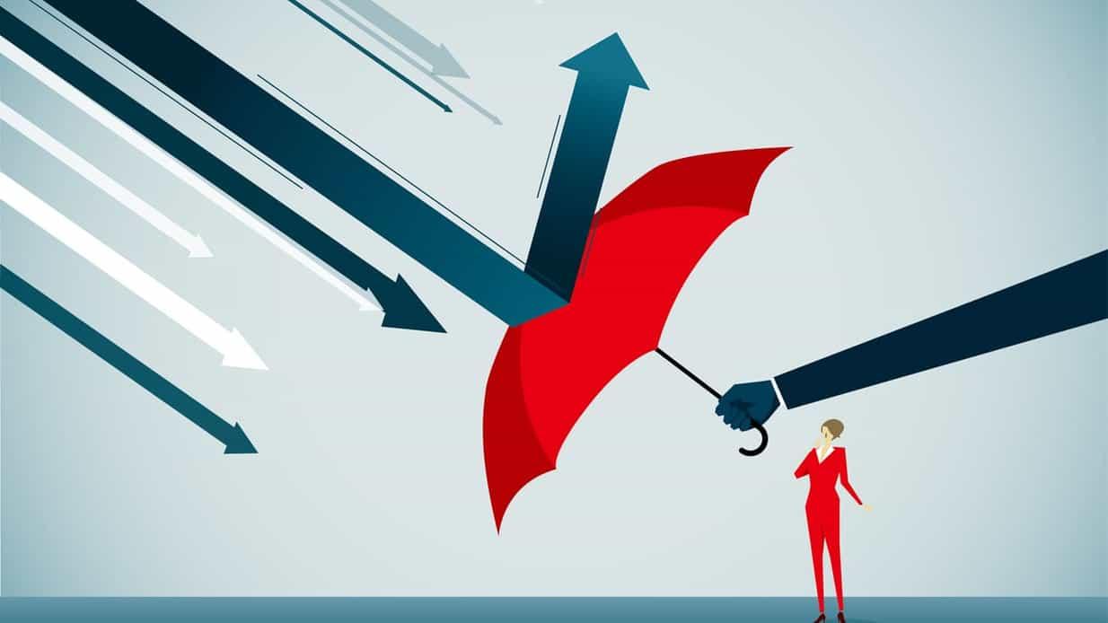 Kvinne beskyttes av arm med paraply