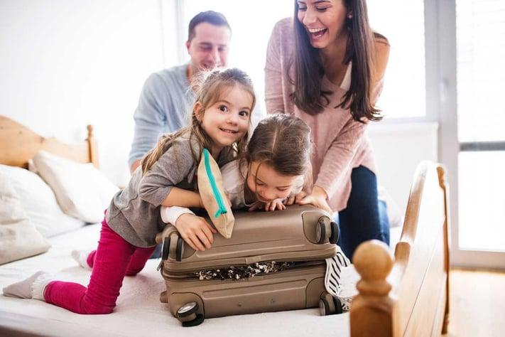 Viajar con niños: ¿Qué deben llevar nuestros hijos en su maleta?