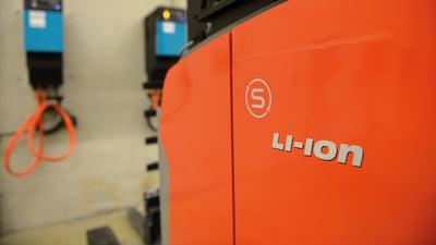 carretilla elevadora con batería de litio cerca de un punto de carga