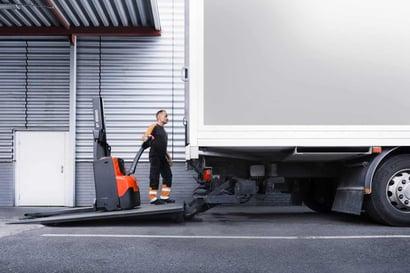 maquinaria logística y almacenaje con apiladores eléctricos