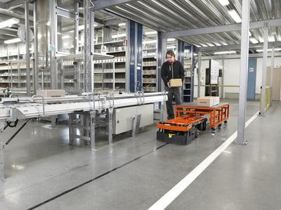 carretilla automatizada moviendo cajas por el almacén de manera autónoma