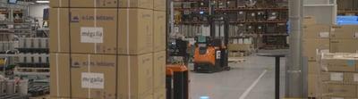 carretillas automatizadas en un almacén