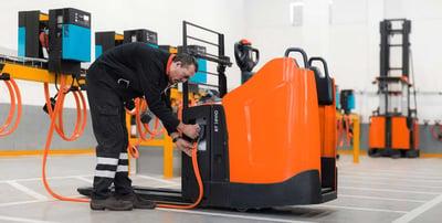 operario realizando la carga de una batería de litio en una carretilla elevadora