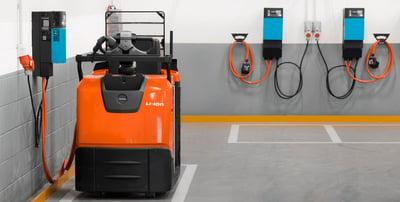 carretillas elevadoras con baterías de litio modular cargando en un almacén