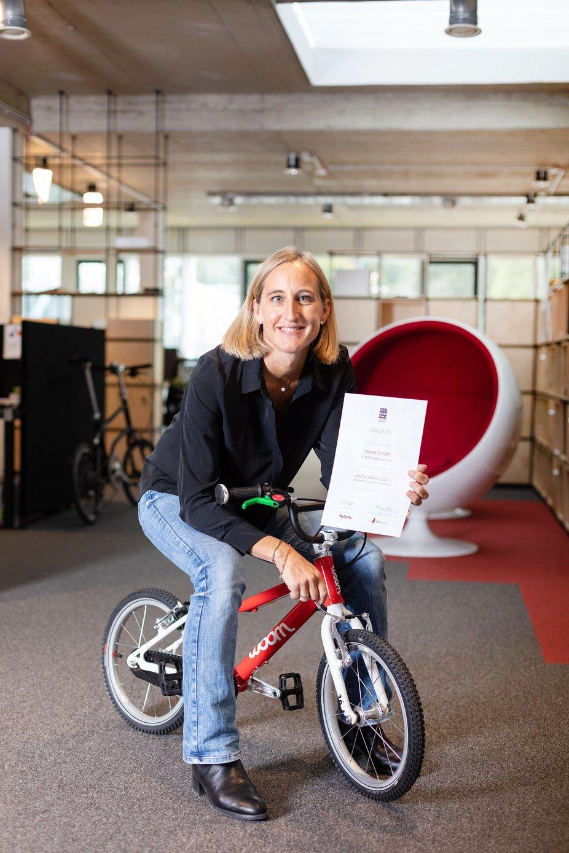 HR managerin Valerie mit Urkunde