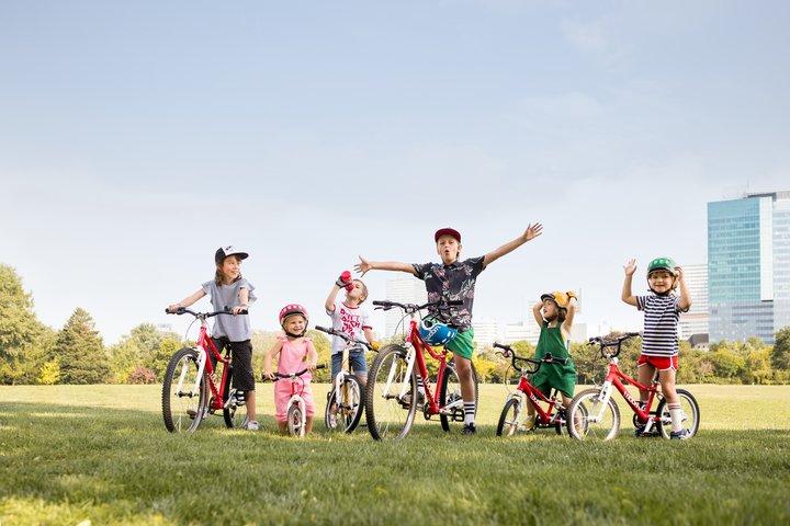 Gruppe von Kindern mit woom Fahrrädern