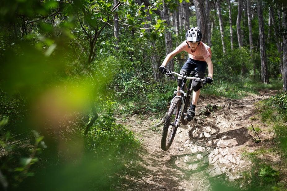 Kind mit Mountainbike im Gelände