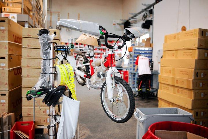 rotes woom Fahrrad in der Lagerhalle