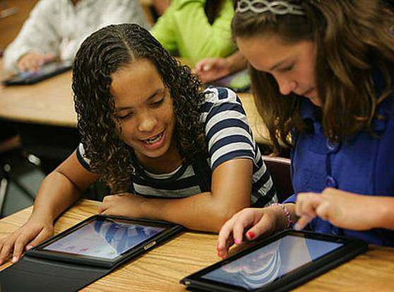 students with iPad classroom technology