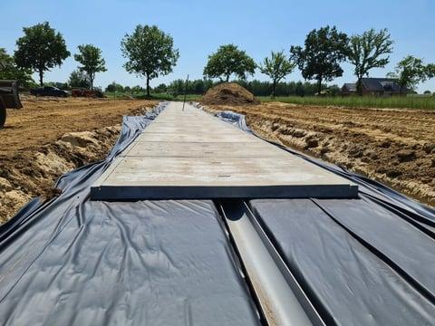 Duurzame paden rondom aardbeien-containerveld