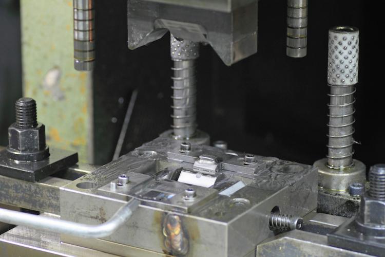筐体の製造工程の構造と板金加工―業界の抱える問題と需要の変化